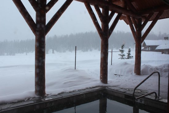 Brooks Lake Lodge and Spa: Hot Tub with a View