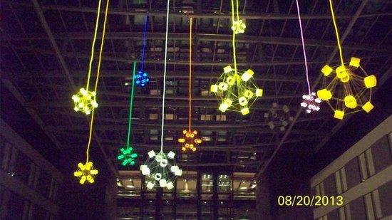 Hilton Garden Inn Frankfurt Airport : Hanging lights and decor
