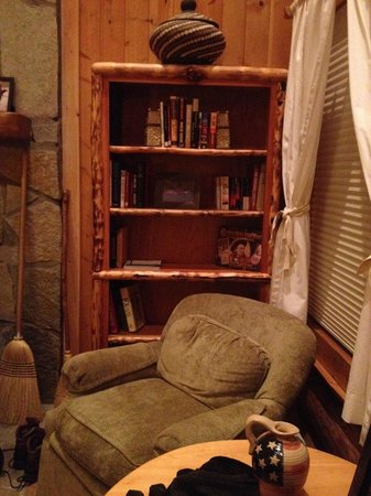 Brooks Lake Lodge and Spa: Another Bookcase in Cabin