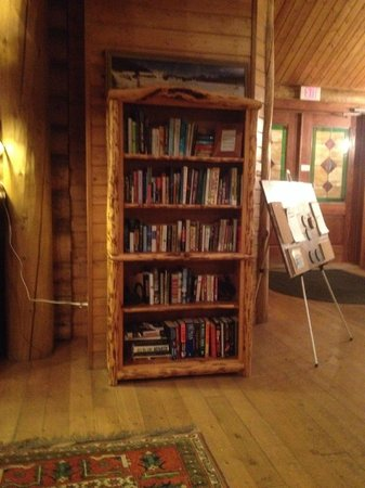 Brooks Lake Lodge and Spa: Bookcase in Main Building