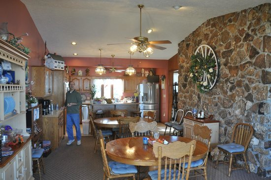 Red Bud Cove Bed and Breakfast Suites: Breakfast room and open kitchen