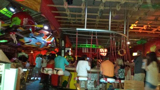 Senor Frog's : A parte do bar e suas cadeiras engraçadas.