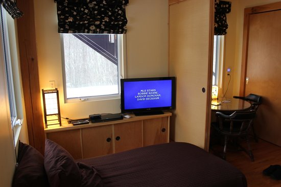 Berkshires Shirakaba Guest House : Take No Ma Suite - Garden Room Tatami room has TV, blu Ray, DirecTV