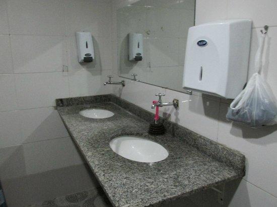 Hercus Hostel Santa Teresa: bathroom