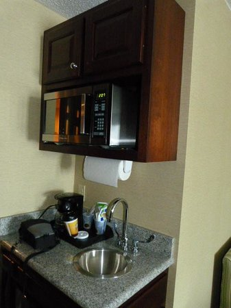 Holiday Inn Express Hotel & Suites Cincinnati: Kitchen Area