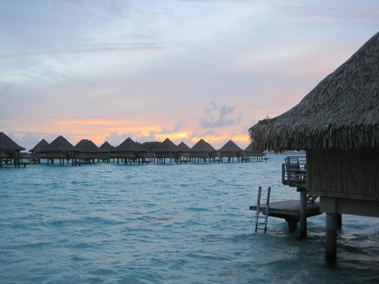 InterContinental Bora Bora Le Moana Resort: Morning sunrise from dock
