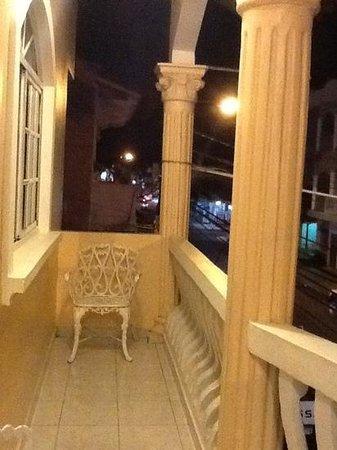 Hotel Piamonte : balcon frente a la calle principal...