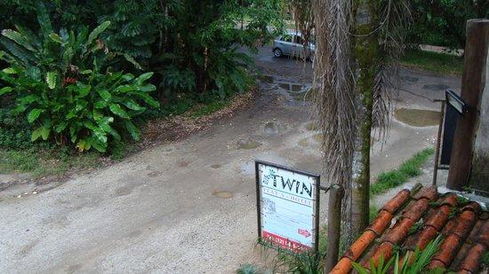 Pousada Twin: Vista da rua pelo hotel