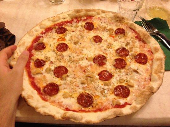 Il Cardo: Pizza 4 formaggi, funghi porcini e salame piccante