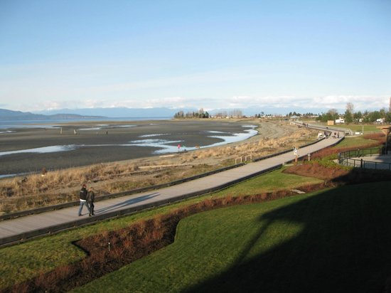 Beach Club Resort: view of Parksville beach from our balcony