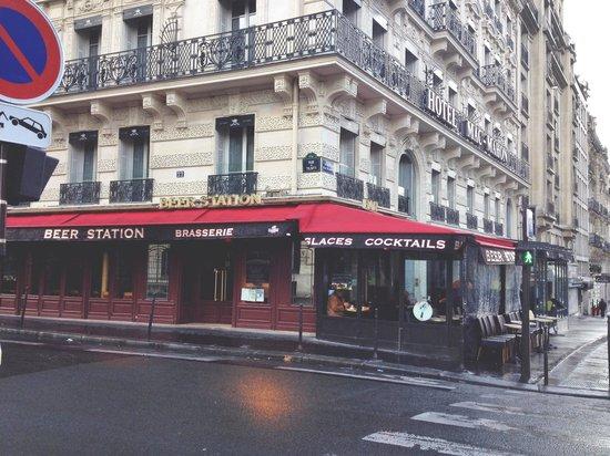 Maison Albar Hotel Paris Champs-Elysées : Restaurant right around the corner