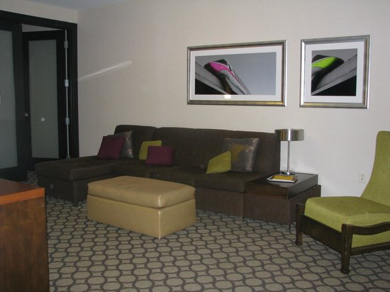 Hyatt Regency Orange County: Living con sofa-cama