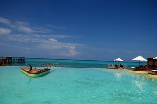 Essque Zalu Zanzibar : Piscine d'eau salée vue sur la mer
