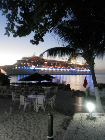 El Cid La Ceiba Beach Hotel: The view from our patio most evenings as the cruise ships left