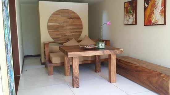 Qunci Villas Hotel: Dining Area in your room facing the door and the pool.