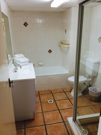 Hi Surf Beachfront Resort Apartments: Bathroom