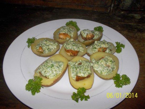 Restaurante El Navegante: Papas rellenas con filete de salmón y crema al ajillo