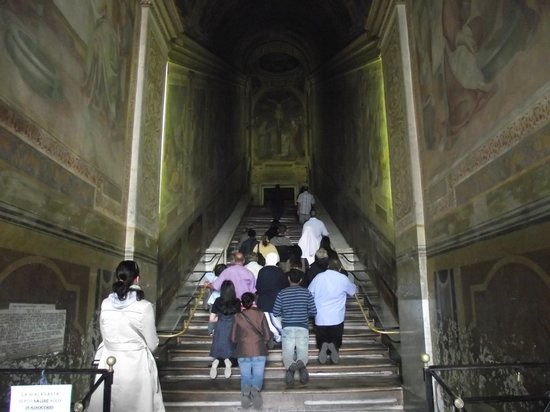 Scala Santa and Chapel of San Lorenzo: Católicos rezando e subindo a Escada Santa de joelho