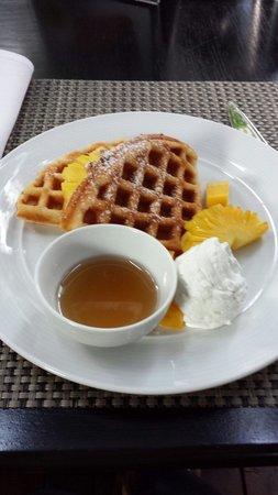 Hansar Bangkok Hotel : Breakfast waffles