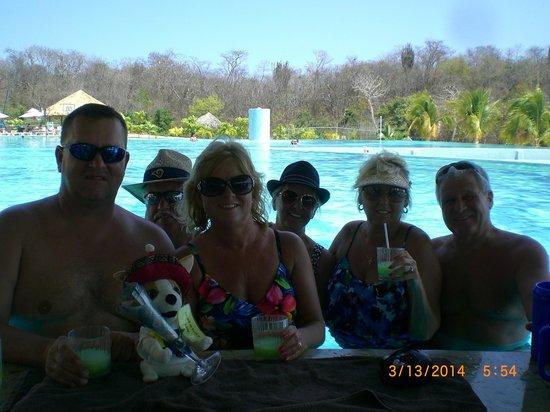 Secrets Huatulco Resort & Spa: Swim-up bar fun