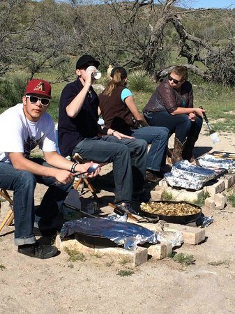 Flying E Ranch: staff cooking at breakfast ride