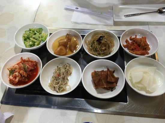 Seoul Garden Korean Restaurant: Sidedishes galore!
