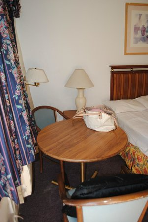 Maple Inn & Suites, Los Banos : Just a quick shot of the room - stereotypical motel feel.