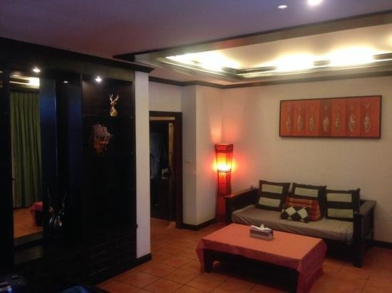 Royal Phawadee Village: Empfangsbereich der Suite
