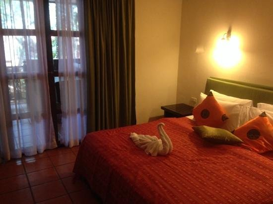 Royal Phawadee Village : Schlafzimmer mit Balkon
