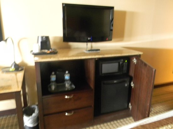 Wingate by Wyndham Oklahoma City Airport : Microwave & Refrigerator