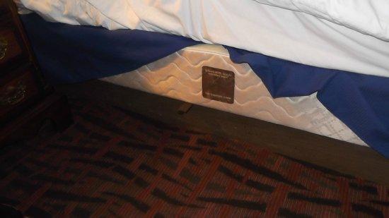 BEST WESTERN Arizonian Inn: Dangerous steel bar exposed under bed skirt