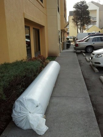 La Quinta Inn Pigeon Forge Dollywood: Construction materials on sidewalk at least 4 days