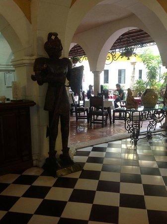 Caribe Hotel: рецепция и кафе, где подают завтрак
