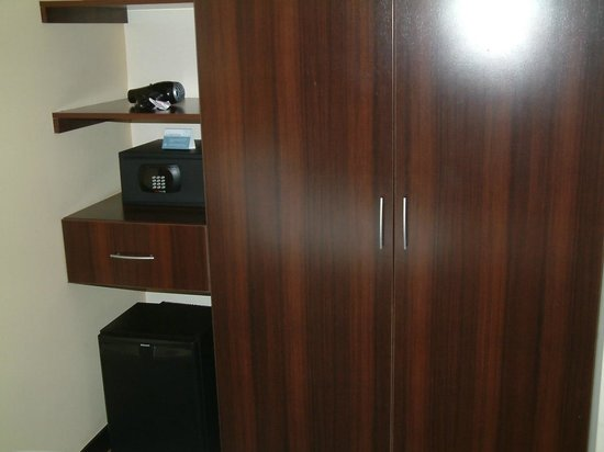 Sonesta Hotel Cusco: WARDROBE WITH SAFE