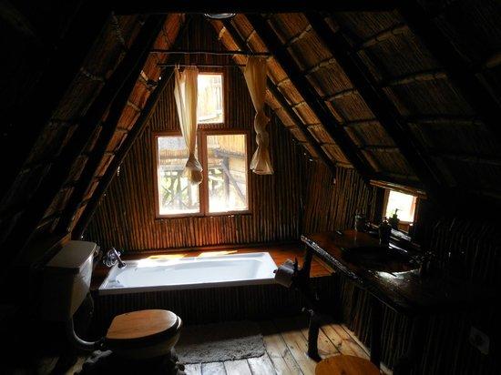 Pezulu Tree House Game Lodge: la salle de bains intérieure