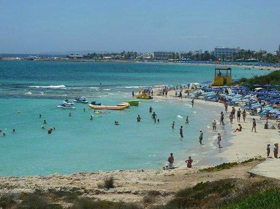Nelia Beach Hotel: Пляж рядом с отелем