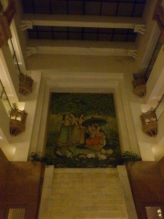 Mansingh Towers: ホテルのロビーは吹き抜けで綺麗な壁画があります。