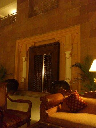 Mansingh Towers: ロビーにあるソファーと扉が豪華です。