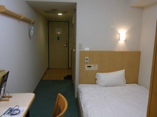 Dormy Inn Hiroshima: シングルルーム(窓側から見た客室内)