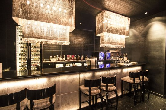 Le Meridien New Delhi: The bar counter at The Nero