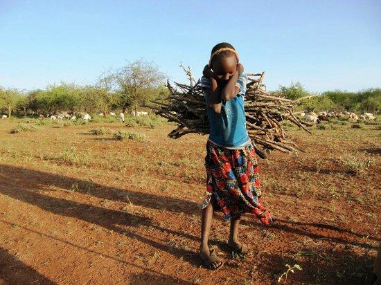 Maasai Simba Camp: Местная девочка с вязанкой хвороста