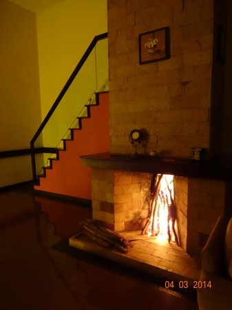 The Siena Village : Fireplace & Stairs to Bedroom & Jacuzzi