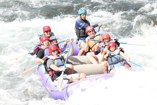 Hacienda La Isla Lodge: River rafting the Sarapique...the current picks up!