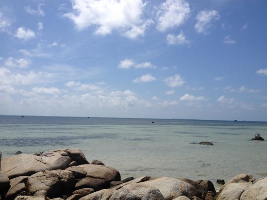 Bintan Spa Villa Beach Resort: Rocks on the beach
