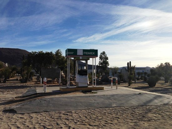 Hotel Mision Catavina: Get gas before you get on the road to Catavina. Closed PEMEX gas station