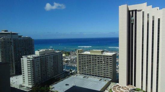 Marina Tower Waikiki: イリカイホテル方面のオーシャンビュー