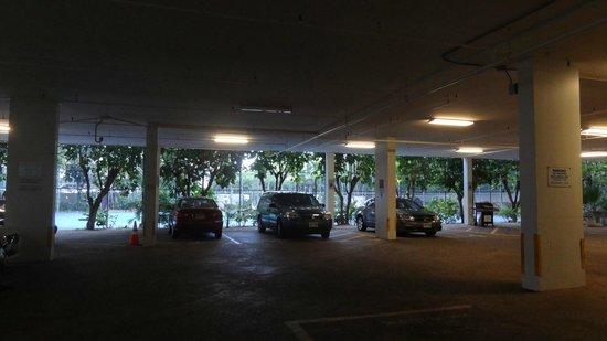 Marina Tower Waikiki: 駐車場の向こうにテニスコートとBBQ設備