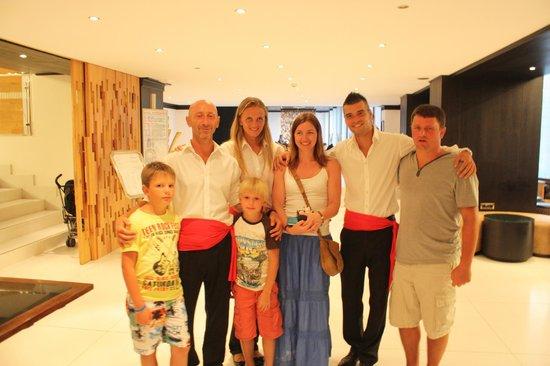 Mitsis Faliraki Beach Hotel : я с сыном, аниматорами и украинскими друзьями перед входом в ресторан