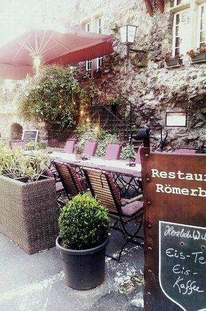 Romerburg: Sommer-Terrasse direkt bei der Rheinfähre