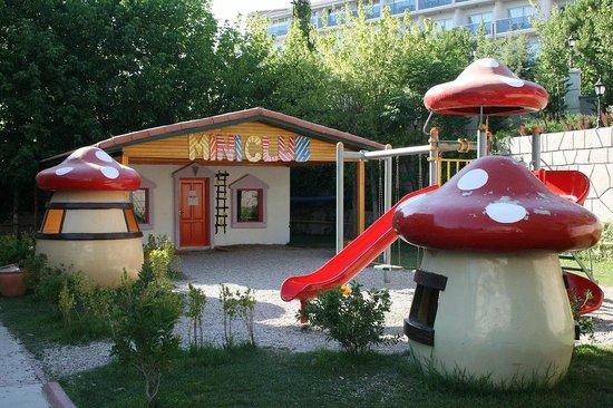Armas Bella Sun: Детская площадка и здание мини-клуба отеля Club Bella Sun Hotel